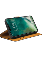 freenet Basics Premium Wallet iPhone 13 Pro (schwarz)